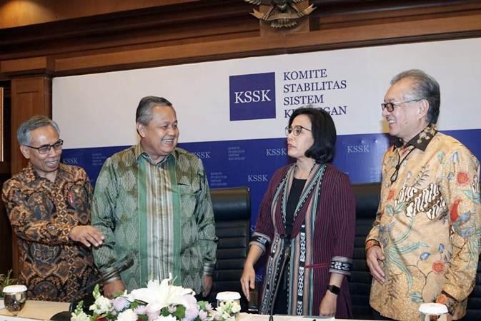 Menteri Keuangan Sri Mulyani (kedua kanan) berbincang dengan Gubernur Bank Indonesia Perry Warjiyo (kedua kiri), Ketua Dewan Komisioner Otoritas Jasa Keuangan (OJK) Wimboh Santoso (kiri), dan Ketua Dewan Komisioner Lembaga Penjamim Simpanan (LPS) Halim Alamsyah di sela-sela konferensi pers, di Jakarta, Selasa (30/7/2019). - Bisnis/Himawan L Nugraha