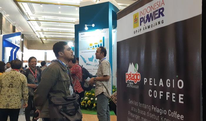 Pengunjung mendatangi salah satu stand di The 7th Indonesia International Geothermal Convention & Exhibition (IIGCE), Selasa (13/8/2019). - Ni Putu Eka Wiratmini