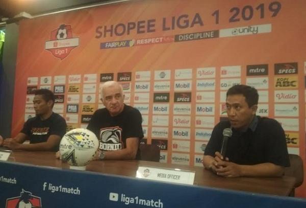 Pelatih Borneo FC, Mario Gomez (tengah) - Bisnis/Dea Andriyawan