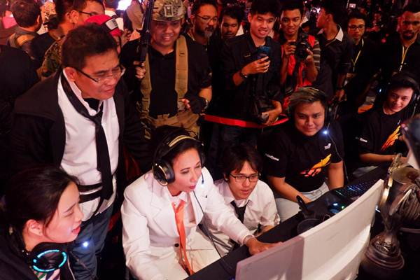 Menteri BUMN Rini Soemarno (ketiga kiri) bermain game online PUBG didampingi Direktur Utama Telkom Alex J. Sinaga (kedua kiri) pada acara Spirit of Millennials Games Day 2018, di JI Expo Kemayoran, Jakarta, Kamis (13/12/2018). - JIBI/Nurul Hidayat