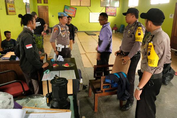 Sejumlah polisi berkoordinasi dengan pengelola pendakian gunung Sumbing di base camp pendakian gunung Sumbing Desa Garung, Kalikajar, Wonosobo, Jawa Tengah, Senin (12/8/2019). Pihak Perhutani, FPGS (Forum Pengelola Gunung Sumbing) dan BPBD setempat menutup pendakian gunung Sumbing sejak Minggu (11/8/2019) sampai waktu yang belum ditentukan akibat bencana kebakaran di hutan gunung Sumbing. - Antara/Anis Efizudin