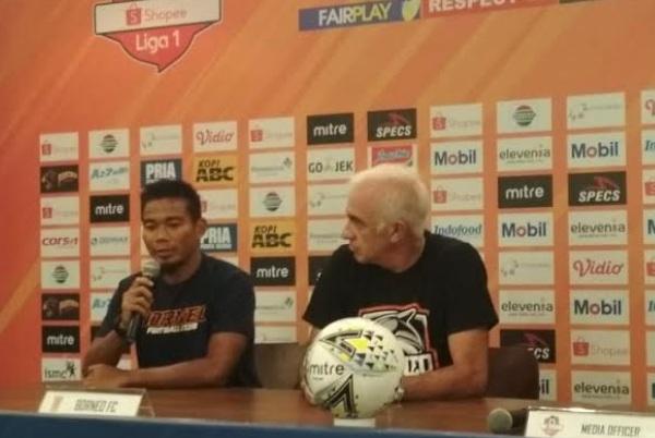 Wildansyah (kiri) bersama pelatih Borneo FC Mario Gomes - Bisnis/Dea Andriyawan