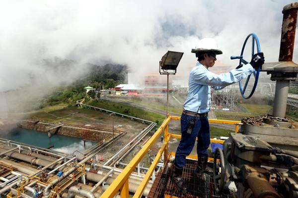 Pekerja melakukan pemeriksaan rutin jaringan instalasi pipa di wilayah Pembangkit Listrik Tenaga Panas Bumi (PLTP) Salak yang berkapasitas 377 megawatt (MW) milik Star Energy Geothermal, di Kabupaten Sukabumi, Jawa Barat, Rabu (4/4/2018). - JIBI/Rachman