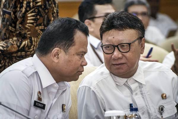 Dirjen Imigrasi Ronny Sompie (kiri) berbincang dengan Menteri Dalam Negeri Tjahjo Kumolo (kanan) sebelum mengikuti rapat kerja, di Kompleks Parlemen, Senayan, Jakarta, Rabu (16/1/2019). - ANTARA/Aprillio Akbar