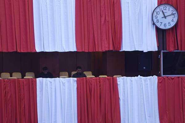 Sejumlah petugas mempersiapkan Gedung Nusantara menjelang sidang tahunan MPR, sidang bersama DPR- DPD, dan sidang paripurna DPR di Kompleks Parlemen. - Antara