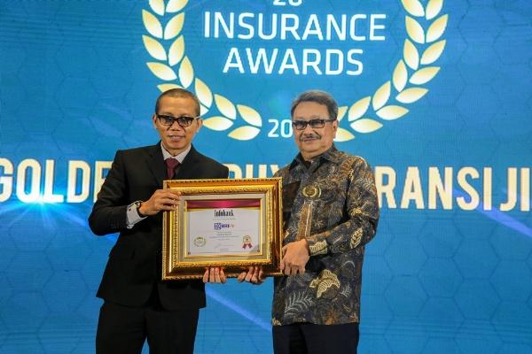 Direktur Utama BRI Life Gatot Mardiwasisto saat menerima penghargaan perusahaan asuransi berpredikat
