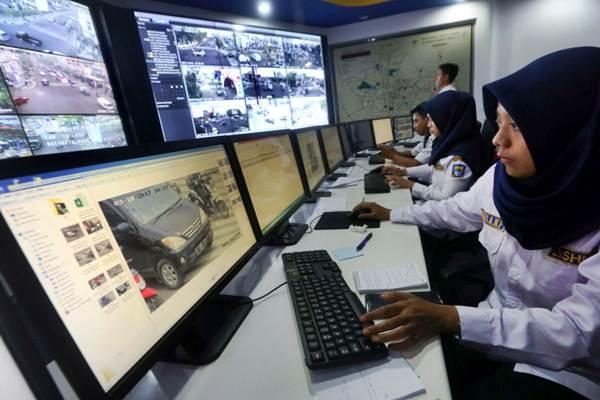 Operator dari Dinas Perhubungan Kota Bandung memantau CCTV melalui layar monitor di ruang Area Traffic Control System Command Centre, di Balaikota Bandung, Jawa Barat, Kamis (5/10). - JIBI/Rachman
