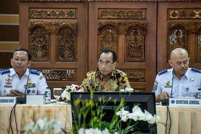 Menteri Perhubungan Budi Karya Sumadi (tengah), didampingi Dirjen Perhubungan Darat Budi Setiyadi (kiri), dan Sekjen Kemenhub Djoko Sasono (kanan) memimpin Rapat Koordinasi Kesiapan Angkutan Lebaran 2019, di Jakarta, Senin (22/4/2019). - ANTARA/Aprillio Akbar