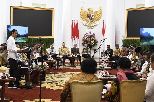 Presiden Joko Widodo (kiri) menyampaikan arahan saat Sidang Kabinet Paripurna tentang ketersediaan anggaran dan pagu indikatif 2020 di Istana Bogor, Jawa Barat, Selasa (23/4/2019). Presiden menekankan untuk meningkatkan belanja modal dan mengurangi belanja barang, meminta kementerian memprioritaskan peningkatan kualitas sumber daya manusia melalui pelatihan serta menjaga kestabilan harga kebutuhan pokok menjelang bulan Ramadan./ANTARA FOTO - Puspa Perwitasari