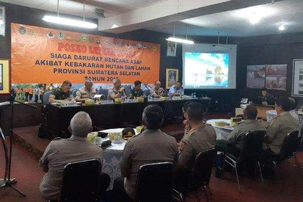 Suasana rapat evaluasi pencegahan karhutla di Posko Satgas Karhutla, Palembang. - Bisnis/Dinda Wulandari