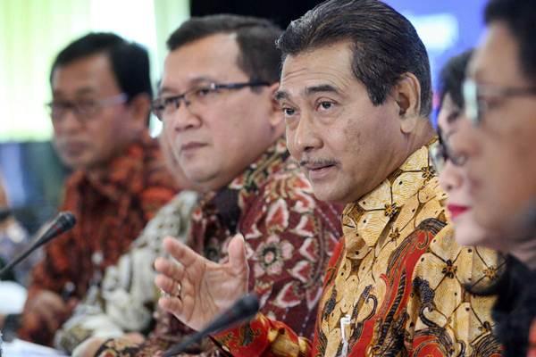 Direktur Utama PT Bank Rakyat Indonesia Tbk Suprajarto (ketiga kanan) didampingi direksi lainnya. - JIBI/Dedi Gunawan