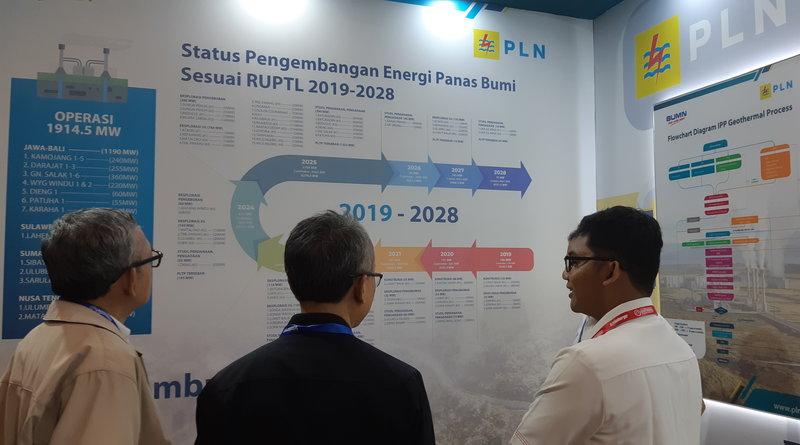 Pengunjung Indonesia International Geothermal Convention & Exhibition (IIGCE) 2019 melihat status pengembangan panas bumi di booth PLN, Rabu (14/8/2019). - Bisnis/Ni Putu Eka Wiratmini
