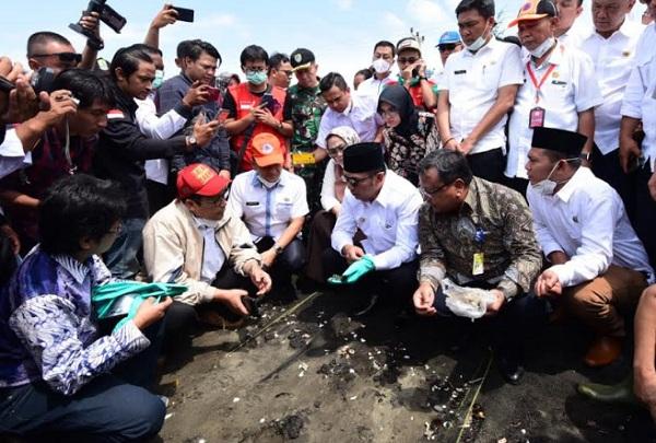 Gubernur Jawa Barat Ridwan Kamil saat meninjau lokasi terdampak tumpahan minyak (oil spill) Pertamina Hulu Energi Offshore North West Java (PHE ONWJ) di Desa Cemarajaya, Kecamatan Cibuaya, Karawang, Rabu (7/8/19). - Istimewa