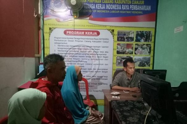 Sekjen Astakira Cianjur saat menerima laporan keluarga TKI asal Cianjur yang minta dibantu agar anaknya yang bekerja di Timur Tengah dapat dipulangkan karena mendapat perlakukan kasar selama bekerja. - Antara