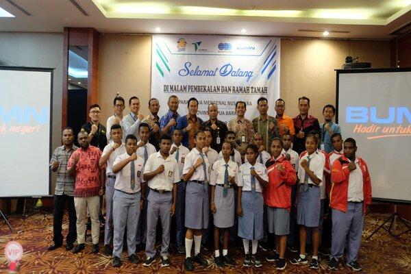 Peserta Program Siswa Mengenal Nusantara asal Papua Barat berfoto bersama manajemen Pelindo IV dan Pemerintah Papua Barat.