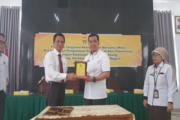 Kepala Badan Pengelola Pajak Daerah (BPPD) Kota Palembang, Kgs. Sulaiman Amin (kanan) berpose bersama Kepala Kejari Kota Palembang, Asmadi. - Istimewa