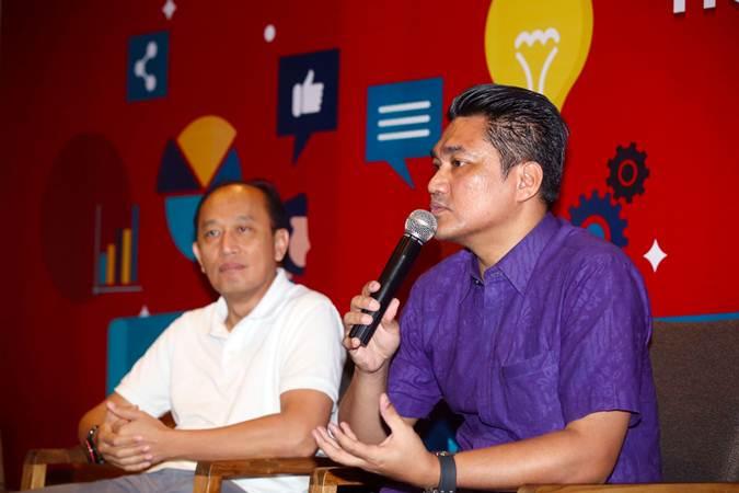 Chief External Affairs PT Home Credit Indonesia Andy Nahil Gultom (kanan) bersama Chief Sales Officer Eko Broto Bramantyo memberikan keterangan saat talk show Home Credit Indonesia Empowering SME Partners, di Jakarta, Selasa (21/5/2019). - Bisnis/Abdullah Azzam