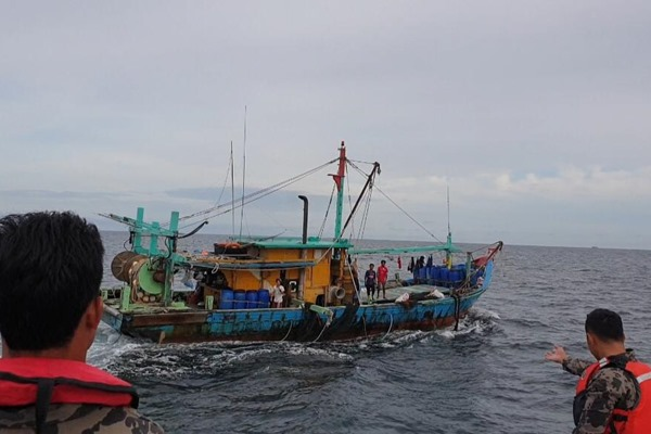 Petugas menangkap kapal ikan asing ilegal berbendera Malaysia di Selat Malaka, Selasa (18/6/2019) - dok. KKP