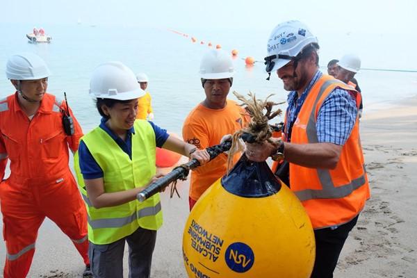 Direktur Teknologi XL Axiata, Yessie D. Yosetya (kedua dari kiri) ikut menarik bagian ujung fiber optik proyek ASC saat mendarat di Anyer, Banten pada pertengahan 2018. - XL Axiata
