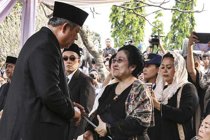 Presiden ke-6 Susilo Bambang Yudhoyono (kiri) berbincang dengan Presiden Ke-5 Megawati Soekarnoputri (kanan) saat menghadiri pemakaman ibu negara Ani Yudhoyono di TMP Kalibata, Jakarta, Minggu (2/6/2019). - ANTARA/Olhe