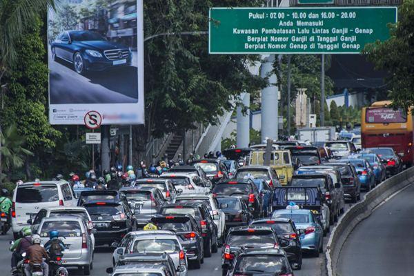 Kendaraan terjebak kemacetan di ruas jalan Jenderal Gatot Subroto kawasan Semanggi, Jakarta, Senin (10/4). - Antara/Aprillio Akbar
