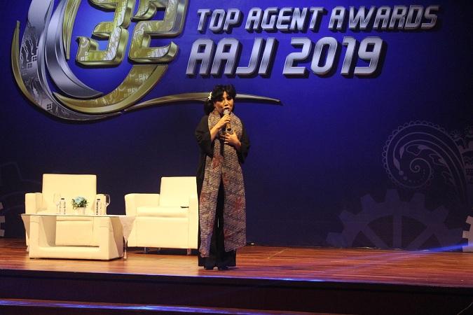 Perancang busana Anne Avantie bercerita tentang perjalanan dirinya menapaki karier hingga kini menjadi salah satu desainer ternama di Indonesia, saat mengisi acara motivasi agen dengan konsep convention di Hall de Tjolomadoe, Karanganyar, Kamis (8 - 8). Keuletan dan kemauan yang kuat menjadi modal kesuksesan Anne Avantie.