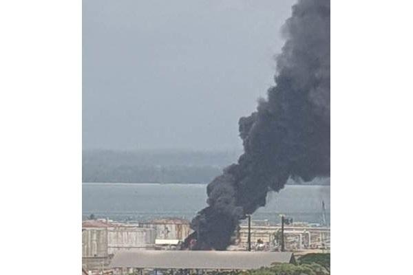 Kepulan asap dari lokasi kebakaran kilang Pertamina - Bisnis/Anitana
