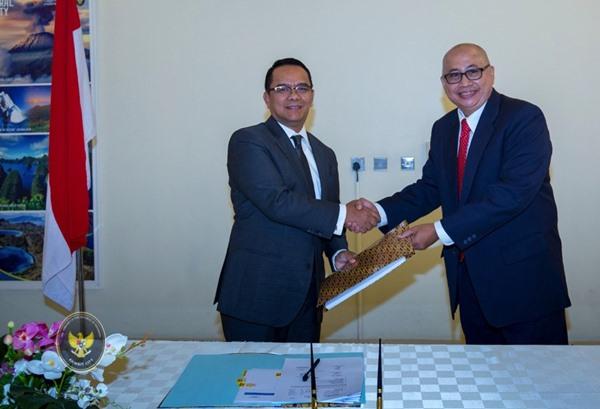 Dubes RI untuk Kuwait Tri Tharyat berjabat tangan dengan Kuasa Usaha Ad Interim Gantosori. BISNIS - Kemlu