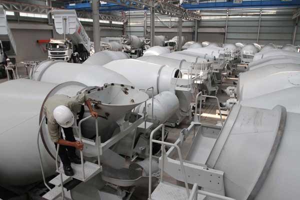 Ilustrasi. Aktivitas karyawan di pabrik karoseri truk di kawasan industri Bukit Indah City, Purwakarta, Jawa Barat, Kamis (13/2). - Bisnis.com/NH