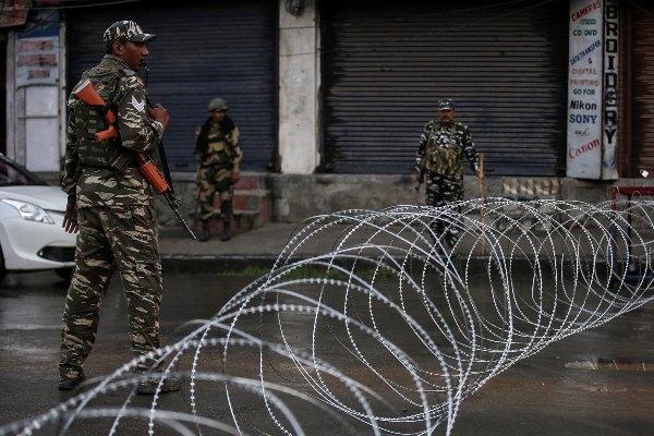Aparat keamanan India berjaga di dekat kawat berduri yang dijadikan blokade jalan setelah Pemerintah India mencabut status khusus atas Kashmir di Srinagar, India, Rabu (7/8/2019). - Reuters/Danish Ismail