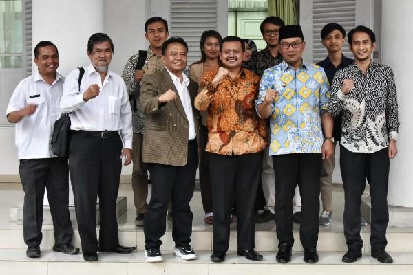 Bupati Sumedang Dony Ahmad Munir (batik coklat) dan Gubernur Jabar Ridwan Kamil - Bisnis/Wisnu Wage