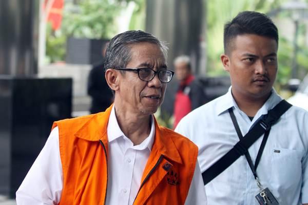 Kepala KPP Pratama Ambon La Masikamba (kiri) saat akan menjalani pemeriksaan lanjutan di Gedung KPK, Jakarta, Selasa (15/1/2019). - ANTARA/Reno Esnir
