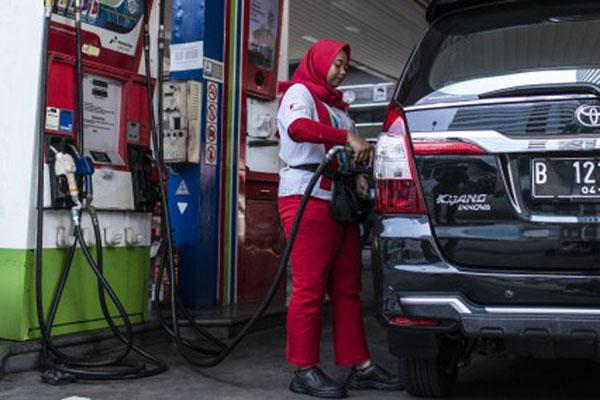 Petugas mengisi bahan bakar minyak (BBM) jenis solar pada kendaraan di SPBU Coco, Kuningan, Jakarta, Jumat (31/8). - Antara/Aprillio Akbar