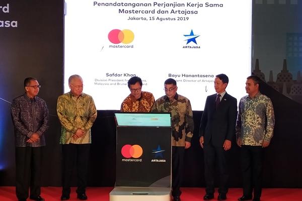 Division President for Indonesia, Malaysia, and Brunei Mastercard Safdar Khan (ketiga kanan) dan Direktur Utama PT Artajasa Pembayaran Elektronis Bayu Hanantasena (ketiga kiri) bersama-sama menandatangani perjanjian kerja sama terkait sistem pembayaran Gerbang Pembayaran Nasional di Jakarta, Kamis (15/8/2019). - Bisnis/Muhammad Khadafi