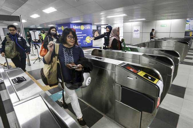 Calon penumpang memasuki stasiun MRT pada hari pertama fase operasi secara komersial (berbayar) di Stasiun MRT Lebak Bulus, Jakarta, Senin (1/4/2019). - ANTARA/Nova Wahyudi