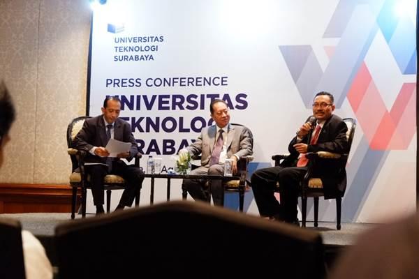 Dari kiri-kanan : Rektor Universitas Teknologi Surabaya (UTS) Y. Kristanto, Ketua Yayasan UTS Budi Darmadi, dan Wakil Rektor I UTS Rukin saat menggelar konferensi pers tentang re-branding UTS, Kamis (15/8/2019). - Bisnis/Peni Widarti