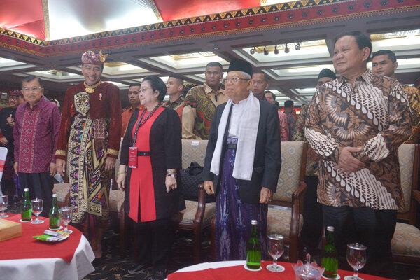 Presiden Joko Widodo (kedua kiri) bersama Wakil Presiden Yusuf Kalla (kiri), Ketua Umum DPP PDIP Megawati Soekarnoputri (ketiga kiri), Wakil Presiden terpilih Ma'ruf Amin (kedua kanan) dan Ketua Umum Partai Gerindra Prabowo Subianto, hadir pada pembukaan Kongres V PDIP di Sanur, Bali, Kamis (8/8/2019). - Antara/Nyoman Budhiana