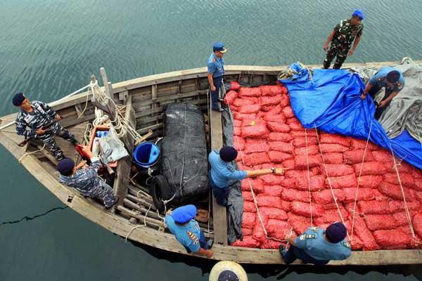 Personel TNI AL menangkap kapal KM Bahtera 99 yang mengangkut 25 ton bawang merah ilegal saat diamankan ke Pelabuhan Krueng Geukuh, Aceh Utara, Aceh, Selasa (8/8). - ANTARA/Rahmad