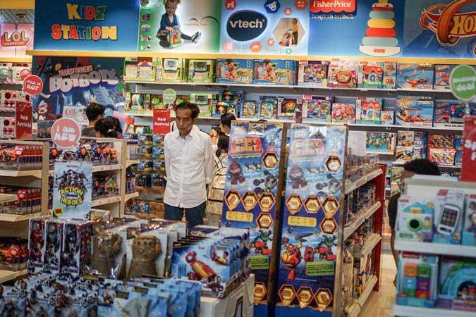 Presiden Joko Widodo bersama keluarga mengunjungi salah satu toko di The Park Mall, Solo Baru, Sukoharjo, Jawa Tengah, Rabu (1/5/2019). - ANTARA/Mohammad Ayudha