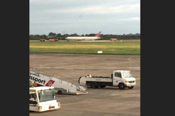 Omni Air International Boeing 767-300 yang sempat mengeluarkan api di landasan Shannon Airport, Irlandia,15 Agustus 2019. - Charles Pereira via REUTERS