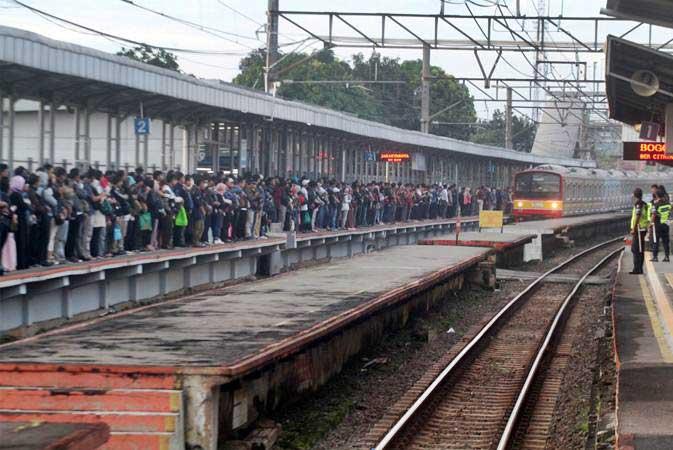Penumpang menunggu rangkaian kereta pascakecelakaan KRL, di Stasiun Cilebut , Bogor, Jawa Barat, Senin (11/3/2019). Kereta Listrik (KRL) jurusan Jakarta-Bogor kembali beroperasi setelah gerbong kereta yang mengalami kecelakaan rampung dievakuasi pada Senin (11/3) dini hari. - ANTARA/Yulius Satria Wijaya