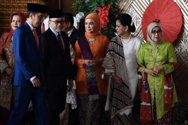 Presiden Joko Widodo (kedua kiri) berjalan bersama Ketua MPR Zulkifli Hasan (ketiga kiri) setibanya di Ruang Rapat Paripurna, Kompleks Parlemen, Jakarta, Jumat (16/8/2019). Presiden Joko Widodo mengikuti sidang tahunan dan menyampaikan pidato kenegaraan di hadapan para anggota DPR. - ANTARA/Puspa Perwitasari