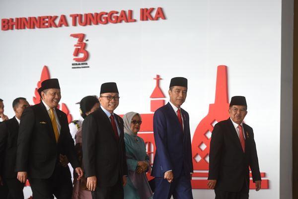 Presiden Joko Widodo (kedua kanan) didampingi Wakil Presiden Jusuf Kalla (kanan), Ketua MPR Zulkifli Hasan (kedua kiri) dan Ketua DPR Bambang Soesatyo (kiri) bergegas untuk menghadiri Sidang Tahunan MPR, di Kompleks Parlemen, Senayan, Jakarta, Kamis (16/8). - Antara