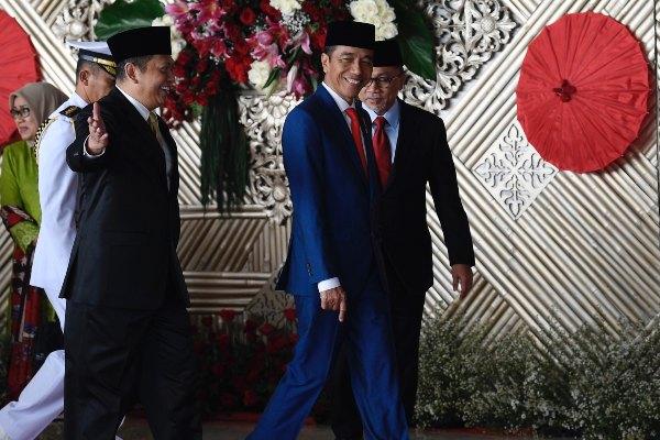 Presiden Joko Widodo (kedua kanan) berjalan bersama Ketua DPR Bambang Soesatyo (ketiga kiri) setibanya di Ruang Rapat Paripurna, Kompleks Parlemen, Jakarta, Jumat (16/8/2019). Presiden Joko Widodo akan mengikuti sidang tahunan dan menyampaikan pidato kenegaraan di hadapan para anggota DPR. - ANTARA FOTO/Puspa Perwitasari