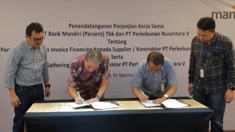 VP Regional Credit & Business Development Head (RCBDH) Bank Mandiri Pekanbaru Didit Ardyanto (kedua kanan) dan Direktur Komersil PTPN V M. Arwin Nasution (kedua kiri) menandatangani perjanjian kerjasama pembiayaan khusus bagi mitra PTPN V di Pekanbaru, Riau, Jumat (16/8/2019). - Bisnis/Arif Gunawan