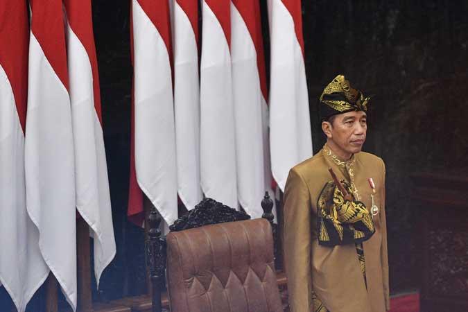 Presiden Joko Widodo berbusana adat suku Sasak NTB saat menghadiri Sidang Bersama DPD-DPR RI di Kompleks Parlemen, Senayan, Jakarta, Jumat (16/8/2019). - ANTARA/Sigid Kurniawan