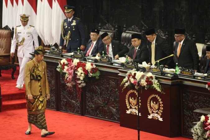 Presiden Joko Widodo dengan baju adat suku Sasak NTB menghadiri Sidang Bersama DPD-MPR RI di Kompleks Parlemen, Senayan, Jakarta, Jumat (16/8/2019). - ANTARA FOTO/Sigid Kurniawan