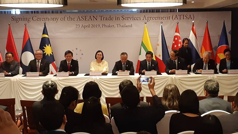 Menteri Perdagangan Enggartiasto Lukita (kedua dari kanan) menandatangani Asean Trade in Services Agreement (ATISA) dan protokol keempat amandemen Asean Comprehensive Investment Agreement (ACIA) dalam pertemuan 25th Asean Economic Ministers Retreat (AEM Retreat) di Thailand, Selasa (23/4/2019) - Bisnis/Deandra Syarizka