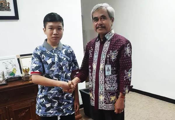 Direktur Utama Bank Kalteng Yayah Diasmono menerima Yazid Rafli Akbar, siswa penemu obat kanker dari kayu Bajakah. - Istimewa