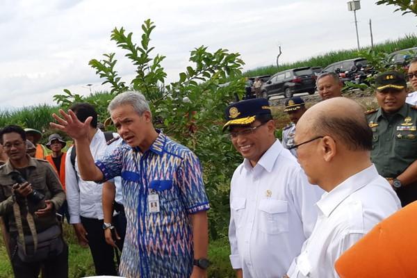 Menteri Perhubungan Budi Karya (kedua kanan) meninjau rencana pembangunan Bandara Wirasaba didampingi oleh Gubernur Jawa Tengah Ganjar Pranowo, Selasa (12/3/2019). - Bisnis/Rio Sandy P.